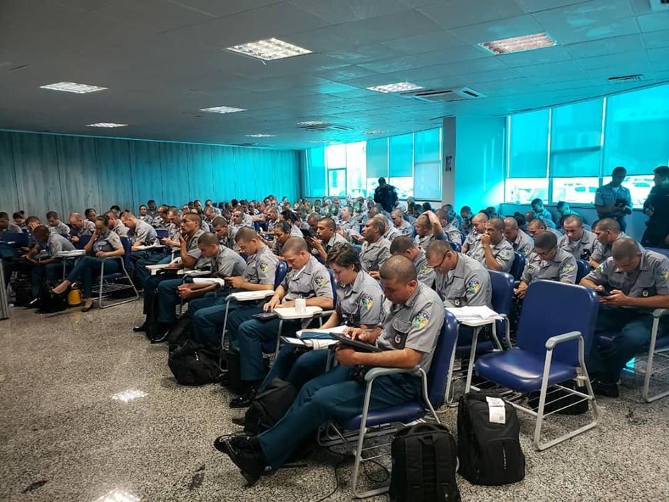 Soldados da Polícia Militar participam de treinamento para operar o sistema de registro online de ocorrências.